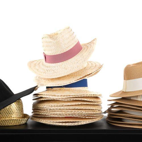 En provenance de l'ancien siège de GUERLAIN Fort lot de 33 chapeaux de paille, m…
