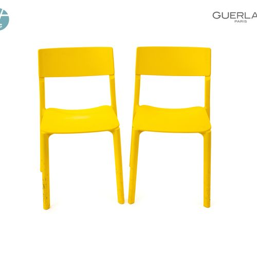 En provenance de l'ancien siège de GUERLAIN Lot de quatre chaises en plastique j…