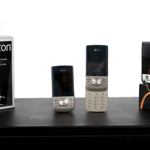En provenance de l'ancien siège de GUERLAIN Lot de deux téléphones LG, modèles d…