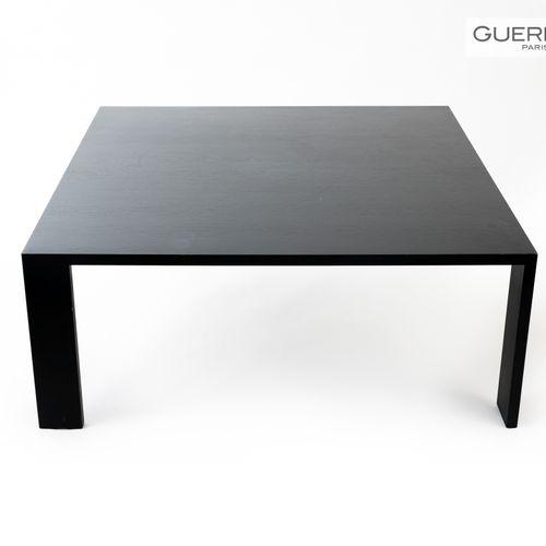 En provenance de l'ancien siège de GUERLAIN Lot de deux tables basses, une carré…