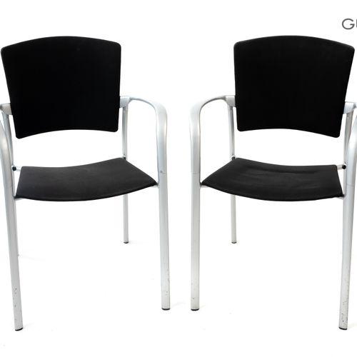 En provenance de l'ancien siège de GUERLAIN Lot de deux fauteuils piètement méta…