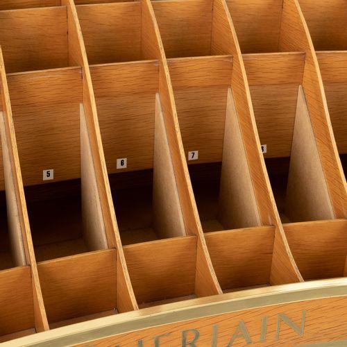En provenance de l'ancien siège de GUERLAIN Orgue à parfum GUERLAIN  H : 113cm L…