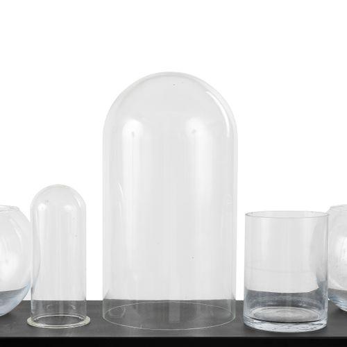 En provenance de l'ancien siège de GUERLAIN Lot de sept bocaux en verre. H : 21c…