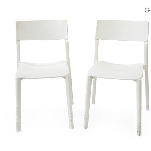 En provenance de l'ancien siège de GUERLAIN Lot de quatre chaises en plastique b…