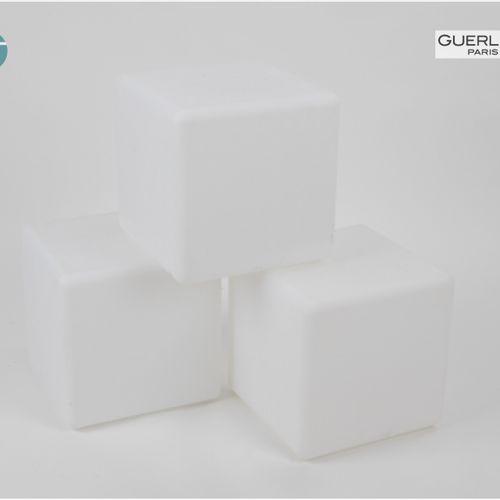 En provenance de l'ancien siège de GUERLAIN Lot de trois cubes lumineux d'extéri…