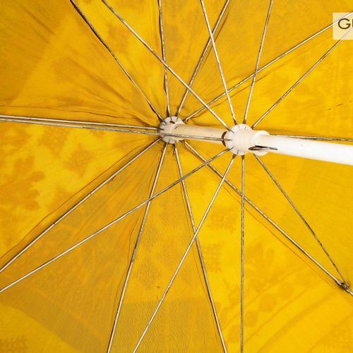 En provenance de l'ancien siège de GUERLAIN Parasol brodé, inspiration tibétaine…