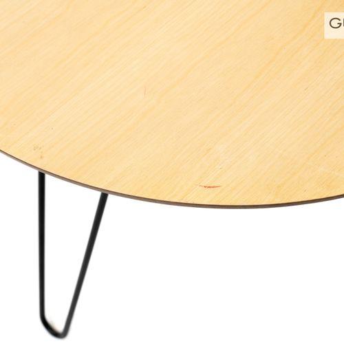 En provenance de l'ancien siège de GUERLAIN Petite table basse tripode, piètemen…