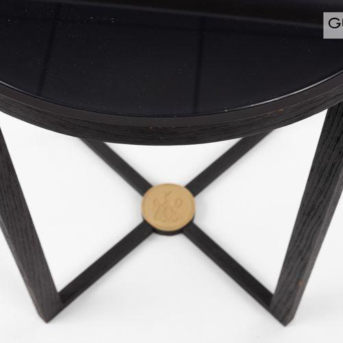 En provenance de l'ancien siège de GUERLAIN Table ronde, piètement en bois teint…