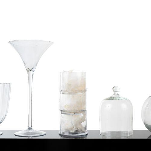 En provenance de l'ancien siège de GUERLAIN Lot de verres comprenant : une cloch…