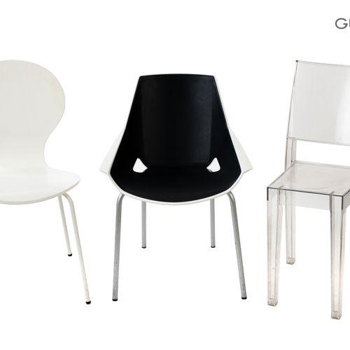 En provenance de l'ancien siège de GUERLAIN Lot de trois chaises en plastique, m…