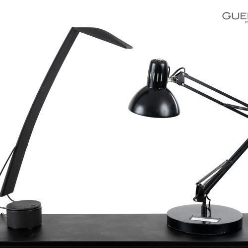 En provenance de l'ancien siège de GUERLAIN Lot de deux lampes articulées en mét…