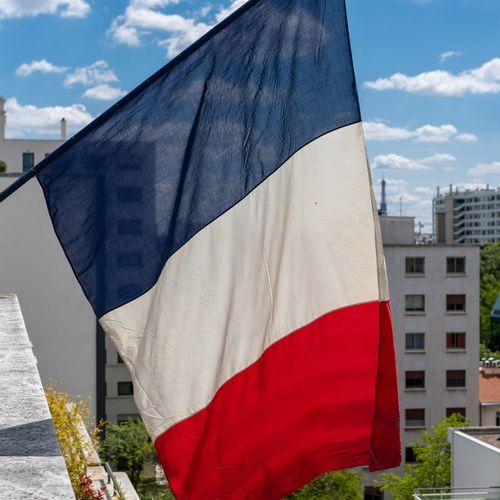 En provenance de l'ancien siège de GUERLAIN Deux drapeaux français de pavoisemen…
