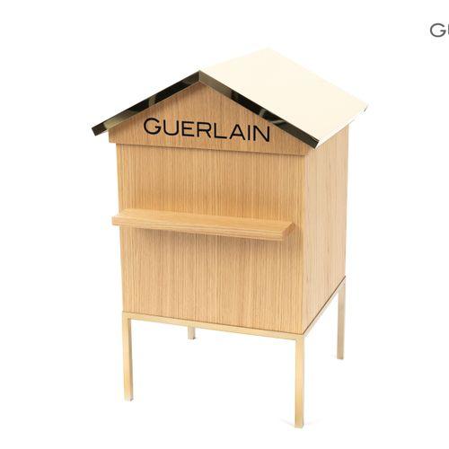 En provenance de l'ancien siège de GUERLAIN Grand présentoir en bois naturel et …