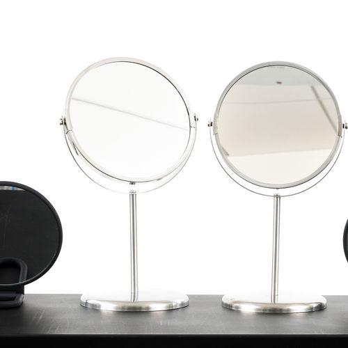 En provenance de l'ancien siège de GUERLAIN Lot de 6 miroirs ronds, quatre noirs…