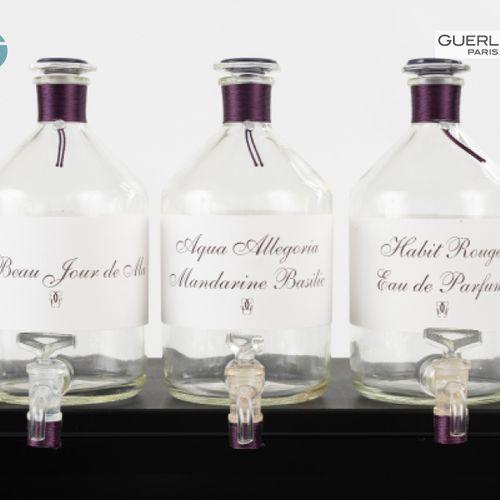 En provenance de l'ancien siège de GUERLAIN Lot de trois fontaines à parfum logo…
