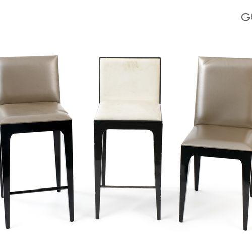 En provenance de l'ancien siège de GUERLAIN Lot de trois chaises en bois laqué n…