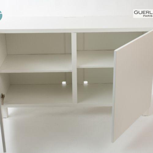 En provenance de l'ancien siège de GUERLAIN Meuble TV ouvrant à deux portes en b…