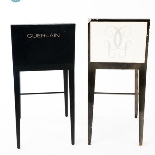 En provenance de l'ancien siège de GUERLAIN Lot de deux chaises hautes en bois l…