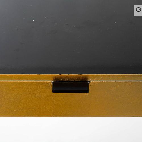 En provenance de l'ancien siège de GUERLAIN Une console ouvrant à un tiroir, en …