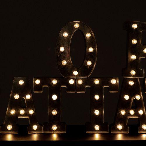 En provenance de l'ancien siège de GUERLAIN Lot de 8 lettres lumineuses, en méta…