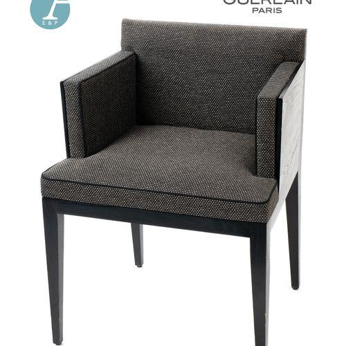 En provenance de l'ancien siège de GUERLAIN Un fauteuil en bois laqué marron, ga…