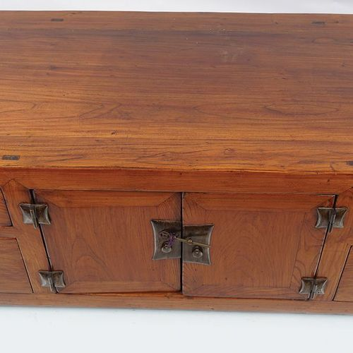 EARLY 20TH CENTURY CHINESE LOW HARDWOOD CABINET le plan rectangulaire allongé, a…