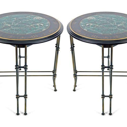 PAIR OF FAUX MARBLE AND BRASS TABLES chacune avec un plateau circulaire en fleur…