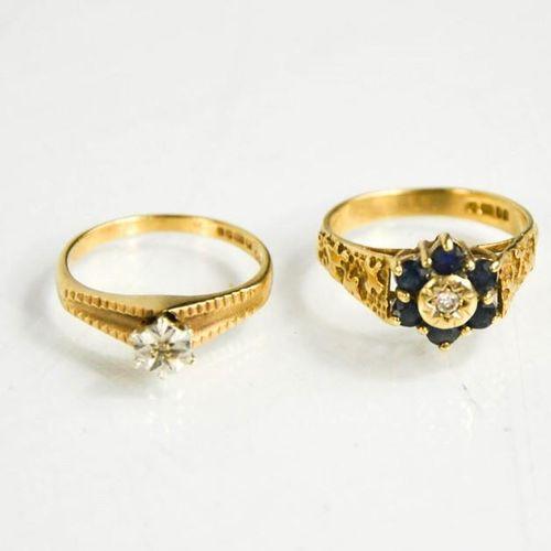 Deux bagues en or 9ct, l'une avec une tête de fleur sertie de diamants et de sap…