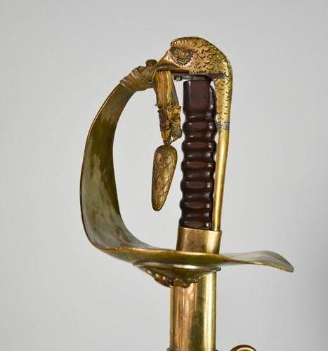 Une épée de la RAF avec une poignée en laiton, complète avec une feuille anti po…