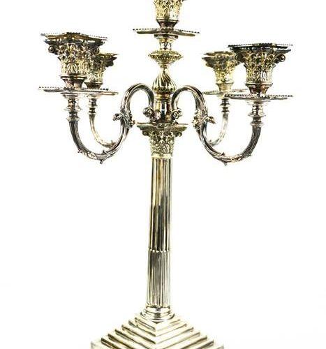 Un chandelier en argent, avec cinq prises de bougies en forme de colonne corinth…