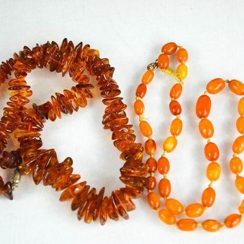 Deux colliers d'ambre, un collier de perles d'ambre clair brut de coupe, 43.5g, …