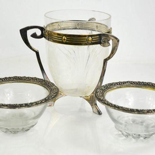 Un bol en verre et en métal argenté Art Nouveau avec un support à trois poignées…