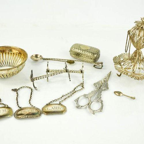 Une boîte à bijoux en argent du Moyen Orient, estampillée 925, ainsi que trois p…