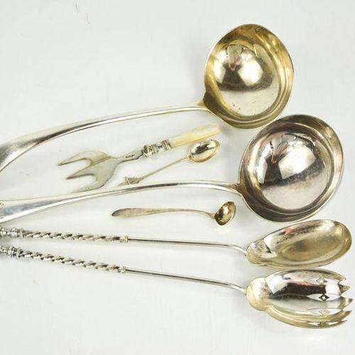 Une grande louche Mappin & Webb en métal argenté et un modèle similaire, des cou…