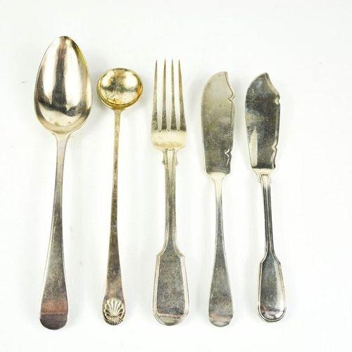 Un groupe d'argenterie comprenant deux couteaux à poisson, une cuillère à sauce …