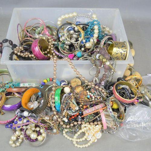 Une grande quantité de bijoux fantaisie comprenant des bracelets, des colliers, …
