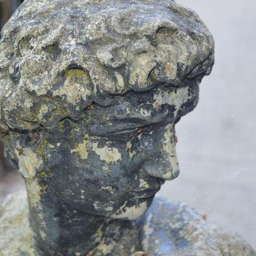 Une sculpture de jardin de style classique, figure masculine, en pierre reconsti…