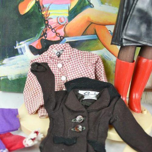 Deux poupées vintage Sindy, ainsi que des vêtements vintage incluant des exemple…