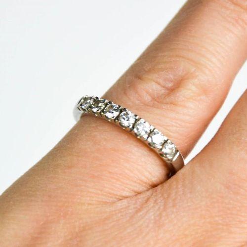Une bague en or blanc 18ct et diamants, les sept diamants totalisant 0,4ct, tail…