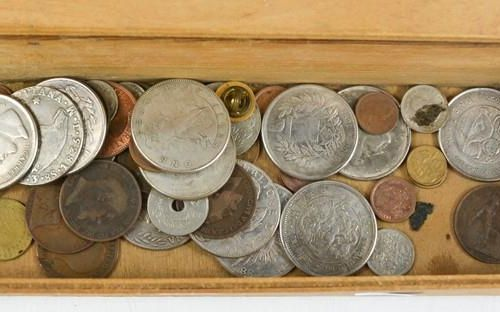 Une quantité de pièces de monnaie, et un tsuba chinois.