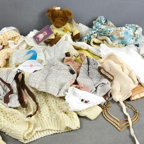 Un groupe de dentelle vintage, vêtements d'enfants et de poupées.