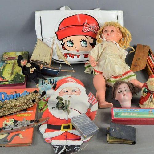 Un groupe de jouets et poupées vintage comprenant un sac Betty Boop, une tête de…