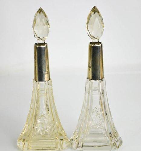 Une paire de flacons de table à parfum en verre taillé avec bouchons en verre, L…