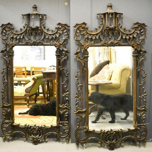 Une paire de miroirs muraux, ouverts, sculptés de rinceaux rococo et ayant des s…