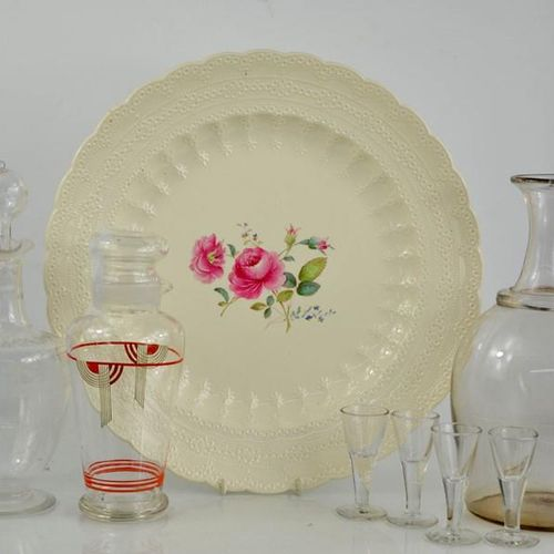 Une grande assiette en porcelaine de Chine de 39 cm de diamètre, une machine à c…