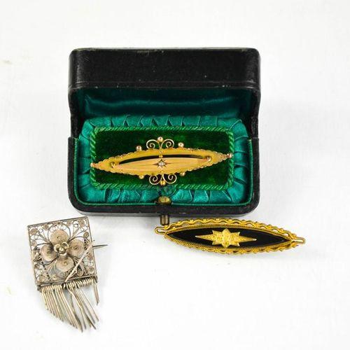 Une broche cœur en or 9ct 2,5g, et des exemples en métal doré et en argent.