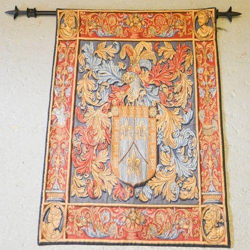 Une tapisserie murale de style français, sur un poteau en métal, représentant un…