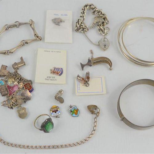 Une quantité de bijoux en argent comprenant des bagues, bracelets, bracelets à b…