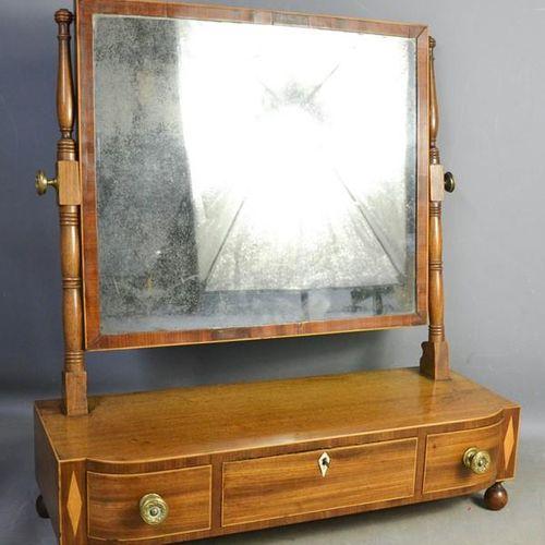 Un miroir de toilette du 19ème siècle en acajou, avec trois tiroirs à la base fa…