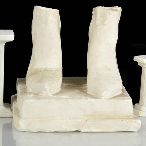 Eduardo Paolozzi (1924 2005) : deux colonnes en plâtre et une paire de pieds A/F…